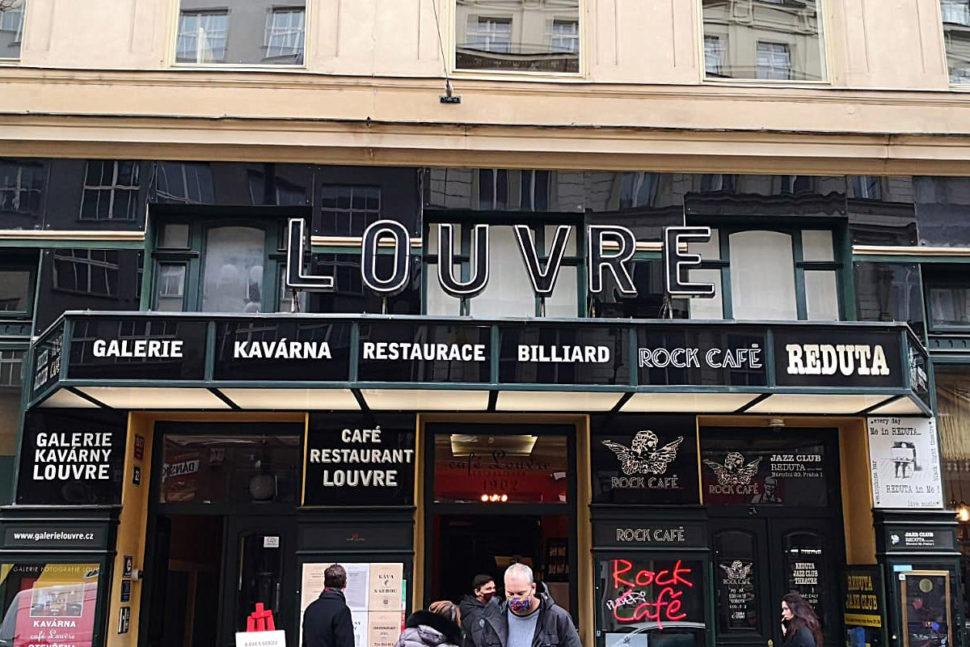 čištění sedaček a koberců v Café Louvre